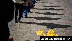 Njerëzit mbajnë distancë, pranë një zyre postare në Debrecen të Hungarisë. Mars, 2020.
