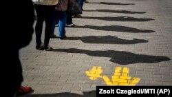Ljudi u redu za prodavnicu, Debrecin, Mađarska, 16. mart
