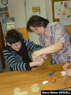 Педагог занимается с ребенком-инвалидом. Караганда, 4 мая 2013 года.