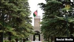 بیرق نبمه برافراشته افغانستان در ارگ ریاست جمهوری