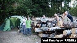 """Лагерь в Химкинскому лесу продолжает оставаться """"горячей точкой"""""""