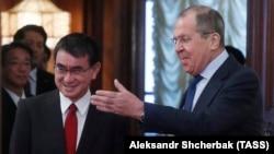 Sergei Lavrov (D) i Taro Kono (L) tokom sastanka u Moskvi