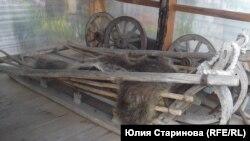Саням сто лет, но Евгений Павлов их восстановил до рабочего состояния