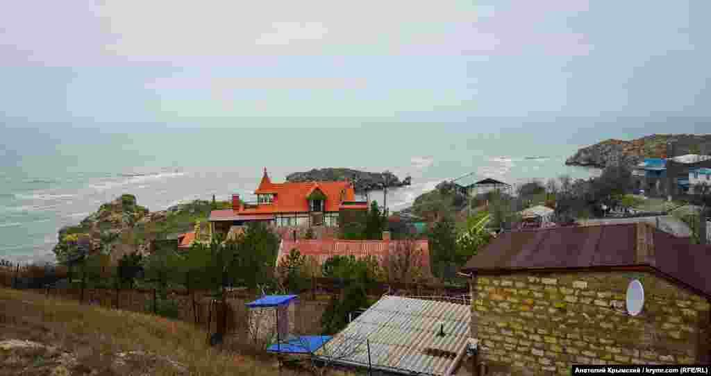 Дома и коттеджи на берегу первой бухты Китеня. Люди здесь жили и занимались рыболовством еще в III веке до нашей эры