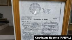 Копие от акта за раждане на Георги Пирински, част от досието на баща му в ЦРУ, чието копие се съхранява в института