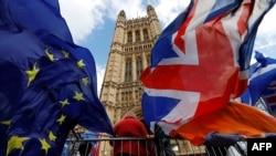 مخالفان و موافقان برگزیت روز پنجشنبه بیرون پارلمان بریتانیا تجمع کردند.