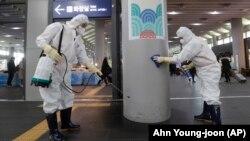 کارکنان ایستگاه راهآهن سئول در حال ضد عفونی این ایستگاه در برابر ویروس کرونا