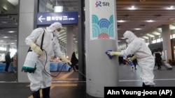 Zaposleni dezinfikuju jednu od stanica u glavnom gradu Južne Koreje, Seulu