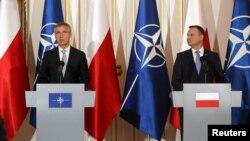 Jens Stoltenberg (majtas) dhe Andrzej Duda gjatë konferencës për gazetarë sot në Varshavë
