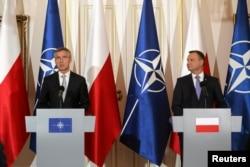 Генеральный секретарь НАТО Йенс Столтенберг и президент Польши Анджей Дуда в Варшаве. 7 июля 2016 года