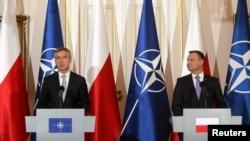 Генеральный секретарь НАТО Йенс Столтенберг (слева) и президент Польши Анджей Дуда на пресс-конференции за день до старта саммита НАТО. Варшава, 7 июля 2016 года.
