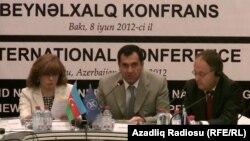 Депутат Милли Меджлиса Гудрат Гасангулиев (в центре) на международной коференции