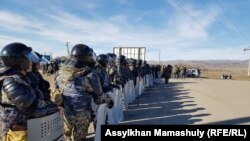 Сотрудники служб безопасности на границе сёл Масанчи и Каракемер. Жамбылская область, 8 февраля 2020 года.