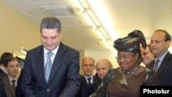 Համաշխարհային բանկի կառավարիչ-տնօրեն Նգոզի Օկոնջո Իվիլան եւ վարչապետ Տիգրան Սարգսյանը բացում է ՀԲ-ի նոր գրասենյակի շենքը Երեւանում: 18-ը հոկտեմբերի, 2009թ.