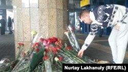 Люди оставляют цветы у здания пассажирского терминала алматинского аэропорта, рядом с которым разбился пассажирский самолет. 28 декабря 2019 года.