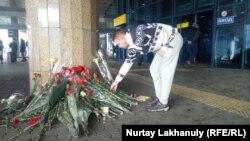 Алматы түбінде жолаушы ұшағы құлағанда адамдар әуежай терминалы алдында гүл шоғын қойды. 2019 жыл.