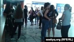 Студенты в холле одного из вузов в Алматы. Иллюстративное фото.