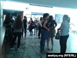 Университетке сабаққа келіп жатқан студенттер. (Көрнекі сурет)