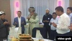 Мэр Айтмамат Кадырбаев баштаган аткаминерлер Сооронбай Жээнбековго ичик кийгизген учур. Сүрөт соцтармактарга тараган видеодон алынды.