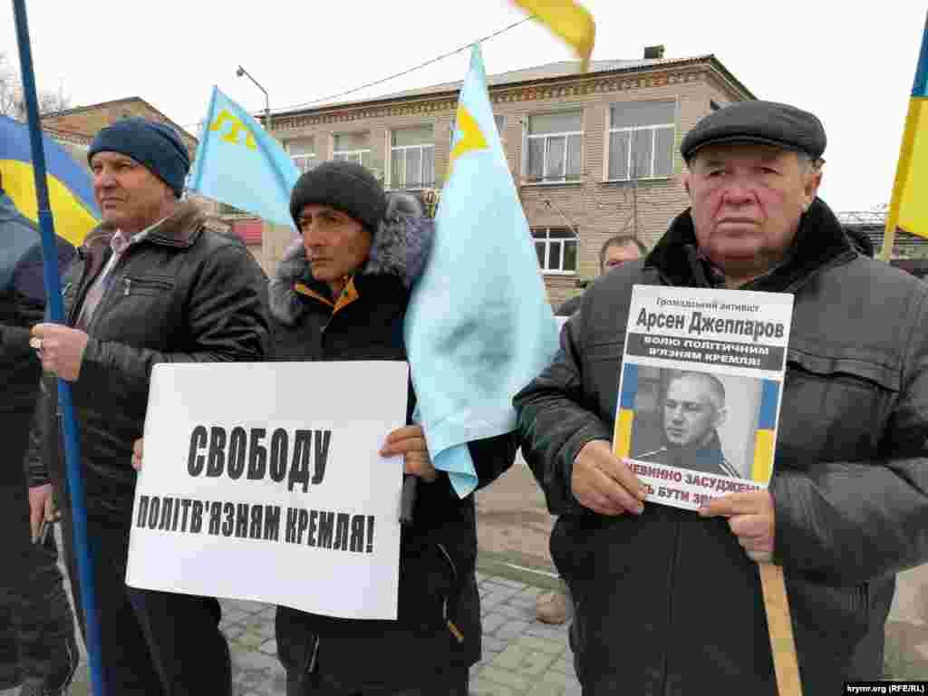 Тогда митингующим противостояли пророссийские активисты, в том числе, из партии «Русское единство»