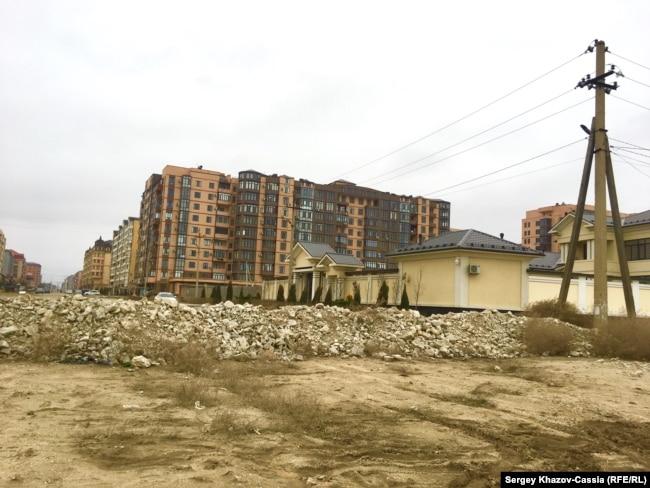 Каспийск. Владелец желтого особняка справа, стоящего почти на берегу моря, обнес свою территорию валом, чтобы жители не ходили к пляжу мимо его ворот