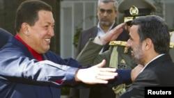 دیدار هوگو چاوز (چپ) با محمود احمدی نژاد در اکتبر سال ۲۰۱۰ در تهران