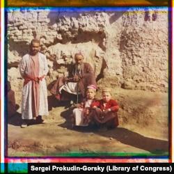 Қыс мезгілінде көшеде күншуақтап отырған Самарқан тұрғындары.