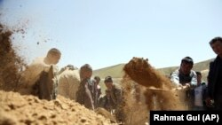 Погреб на жртва од напад на талибанците во Авганистан