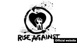 Узьняты кулак выкарыстоўваецца ў тым ліку шэрагам панк-музыкаў. На выяве лягатып сучаснага амэрыканскага панк-гурту Rise Against з тым самым «знакам бяды». Гурт не прытрымліваецца анархісцкіх поглядаў, а падтрымлівае Дэмакратычную партыю. Удзельнікі гурту выказваюцца за здаровы лад жыцьця, супраць алькаголю і наркотыкаў, а таксама гвалту над жывёламі