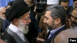 Лидер исламской революции Ирана аятолла Али Хаменеи и председатель оппозиционной Партии исламского возрождения Мухиддин Кабири (справа) встретились в Иране. 30 декабря 2015 года.