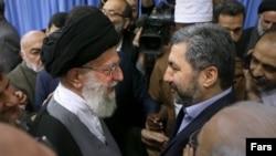 Верховний лидер Ирана Аятолла Хоманеи после конференции «Исламское единство» принял Мухиддина Кабири. Тегеран, 29 декабря 2015 года