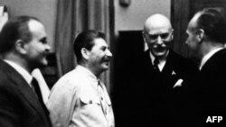 ვიაჩესლავ მოლოტოვი (მარცხნივ) და იოსებ სტალინი (მარცხნიდან მეორე) იოახიმ რიბენტროპთან (მარჯვნივ) შეხვედრისას.