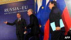 Orsýetiň prezidenti Wladimir Putin (çepde), Ýewropa Komissiýasynyň prezidenti Žoze Manuel Barrozo (sagda) we Ýewropa Geňeşiniň prezidenti German Wan Rompuý Sankt-Peterburgda, 4-nji iýun.