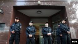 Мешіт алдын күзетіп тұрған неміс полицейлері. Гамбург, Германия, тамыз, 2010 ж. Көрнекі сурет.