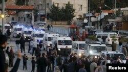 Конвой вивозить понад 100 бійців озброєної опозиції з оточеного міста Забадані, Сирія, 28 грудня 2015 року