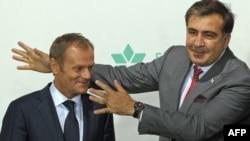 Премьер-министр Туск (слева) и президент Грузии Михаил Саакашвили (фото из архива)
