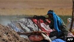 Боец курдских «Отрядов народной защиты» (YPG) обстреливает позиции группировки ИГ. Сирия, Хасаке, 20 июля 2015 года.