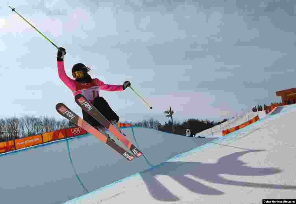 Фристайл: Сабрина Какмакли из Германии соревнуется в женской лыжной хаф-пайп квалификации в снежном «Феникс-парке» во время зимних Олимпийских игр 2018 года