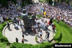 Пам'ятник Великому князю Київському Ярославу Мудрому (983/987–1054) біля Золотих воріт в Києві
