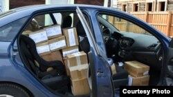 Коробки с агитационными материалами в машине главы штаба Навального в Иркутске