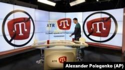 Окупований Крим, Сімферополь, 31 березня 2015 року. Студія ATR – першого кримськотатарського телеканалу. Цього дня ATR був змушений припинити мовлення через невидачу ліцензії російською окупаційною владою. Із 17 червня 2015 року канал відновив мовлення з Києва. Програми виходять кримськотатарською (35%), українською (30%), російською (20%) та турецькою (15% з українськими субтитрами) мовами