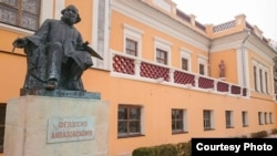 Памятник Ивану Айвазовскому возле картинной галереи в Феодосии