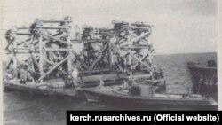 Установка металлического каркаса на месте расположения опоры моста через Керченский пролив, 1944 год