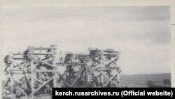 Установка металевого каркаса на місці розташування опори мосту через Керченську протоку, 1944 рік