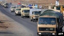 Колона курдських бійців зі зброєю поблизу Ербіля на півночі Іраку рухається до сирійського прикордонного міста Кобане, 28 жовтня 2014 року