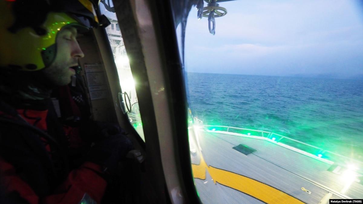 С норвежского лайнера еквакуювали 400 человек. Каждого отдельно поднимали вертолетом