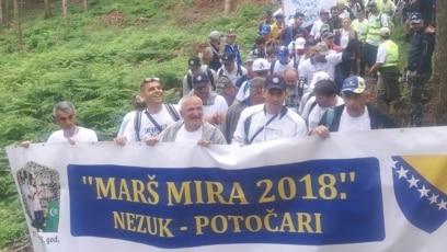 """Učesnici """"Marša mira"""" na putu od Nezuka do Potočara."""