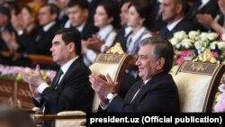 Президенты Узбекистана и Туркменистана Шавкат Мирзияев (справа) и Гурбангулы Бердымухамедов.