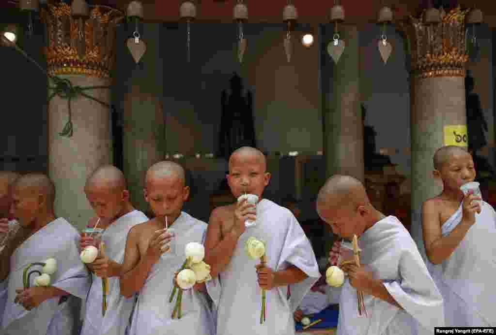 Пасьвечаныя будыйскія манахі падчас масавай цырымоніі плямёнаў у Бангкоку.EPA-EFE/RUNGROJ YONGRIT