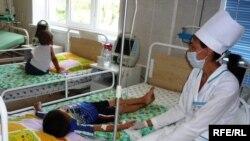 «Ана мен бала» жұқпалы аурулардың алдын алу және емдеу орталығында ем қабылдап жатқан ВИЧ жұқтырған балалар. Шымкент, 1 шілде 2009 ж.
